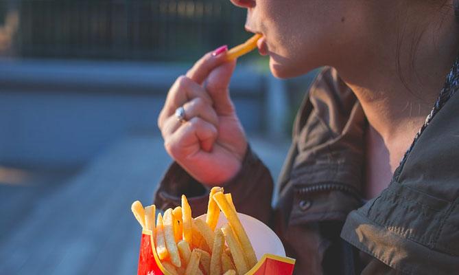 Cuore, mangiare fuori pasto e di notte mette a rischio la sua salute