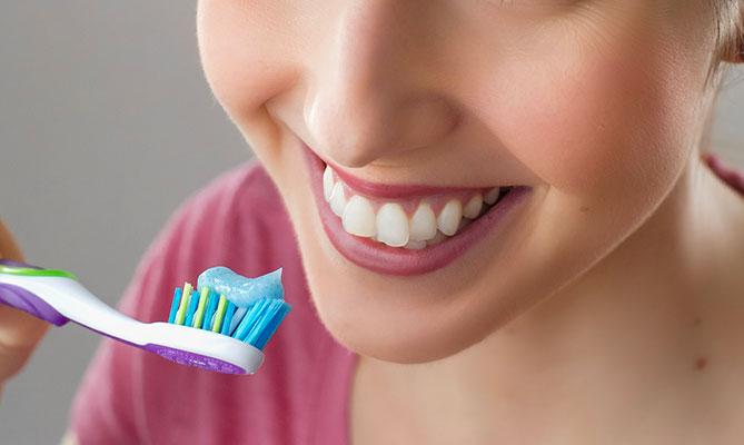Denti, macchie bianche, gialle o marroni: cosa le provoca e come eliminarle?