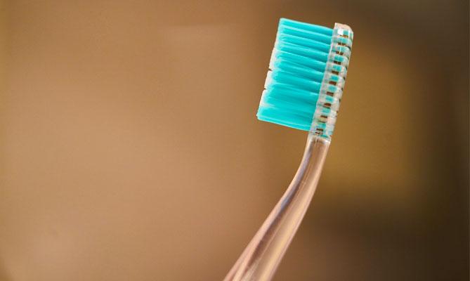 Denti, come scegliere lo spazzolino più adatto?