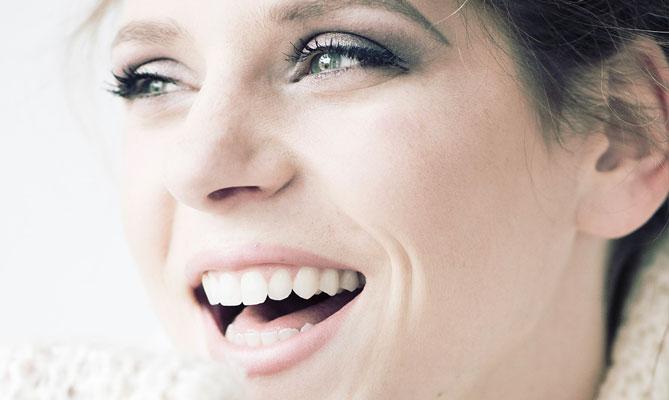 Menopausa, cosa accade ai denti delle donne?